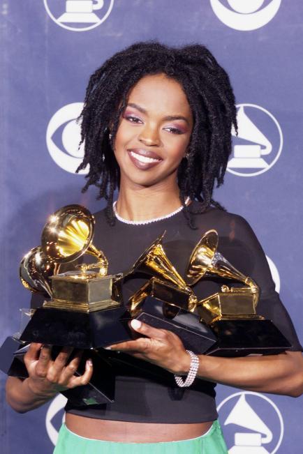 Lauryn Hill posant avec ses 5 Grammy remporté en 1999